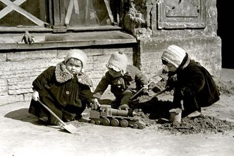Дети играют на одной из улиц г. Ленинграда.  world-war.ru