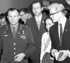 Фото: На снимке 1962 года 16-летний Игорь берет интервью для Всесоюзного радио у первого космонавта Юрия Гагарина во Дворце пионеров на Ленинских горах. Источник: http://kseny1997.livejournal.com