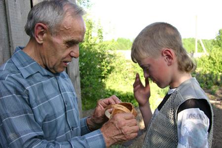 Пенсионер Валерий Балабанов учит ребят работе с берестой