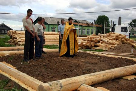 Перед строительством нового храма иерей Олег Шевчук (замещающий о.Сергия, приезжающего в Ступино из Няндомы) отслужил молебен